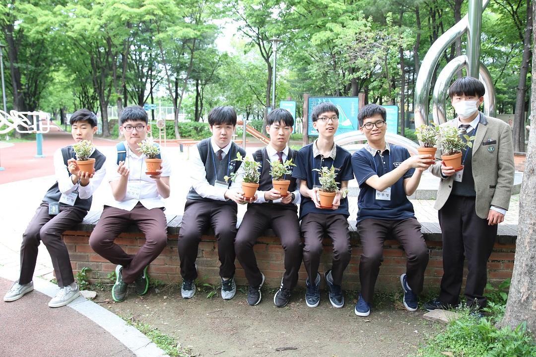 직접꾸민 화분을 든 학생들 단체사진