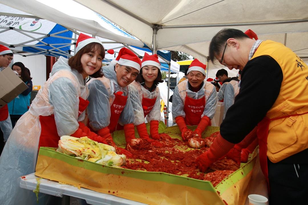김치하면서 단체로 웃는 사진