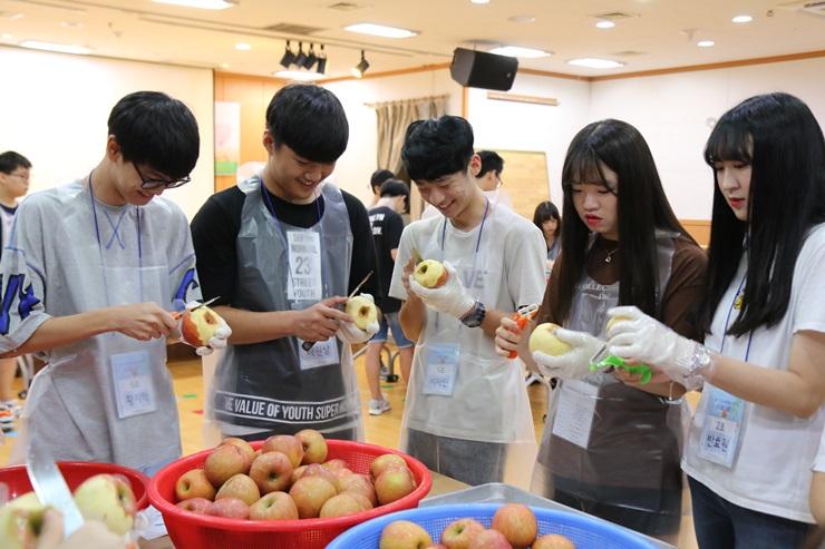 자원봉사캠프 과일꼬치 만들기1.JPG