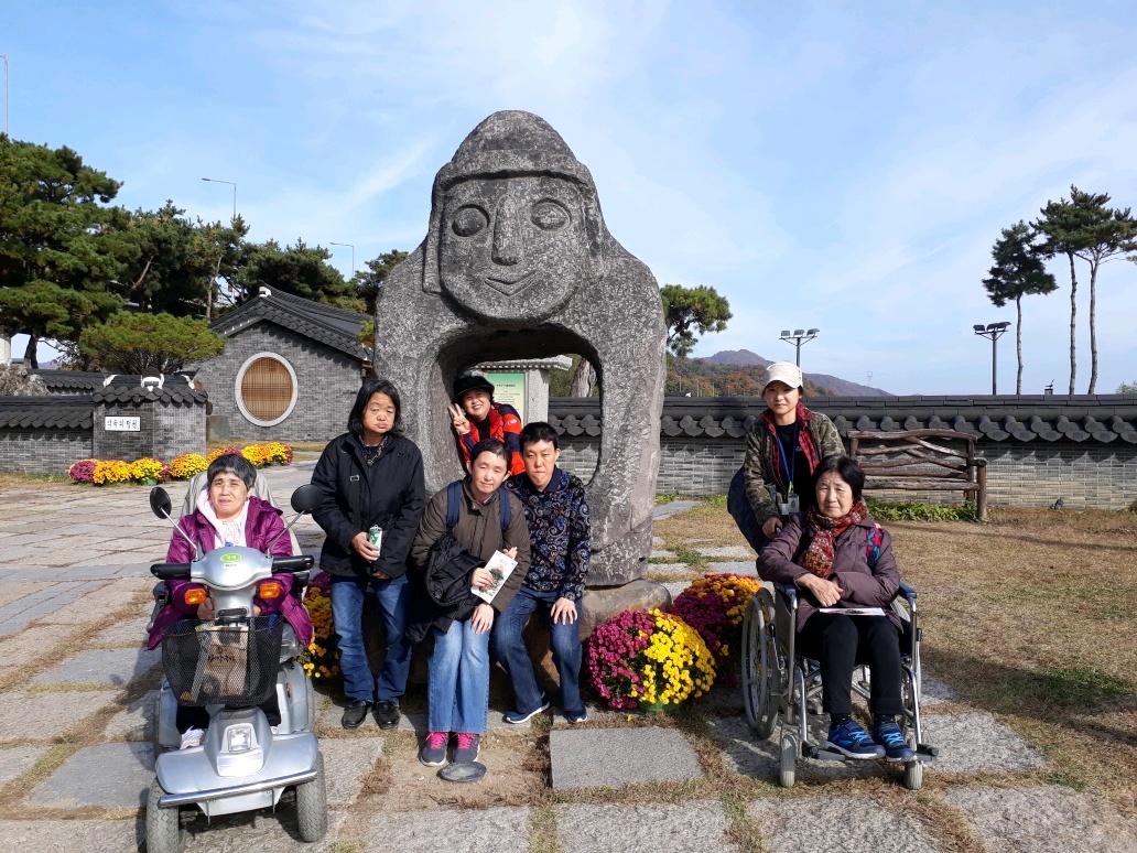 동상 앞에 다같이 단체사진